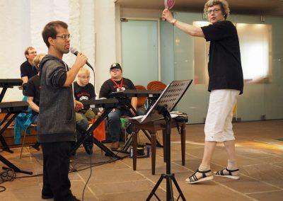 Black Lions, hier: Lead-Sänger Her Rehman Gova und Leiterin Margret Schicht